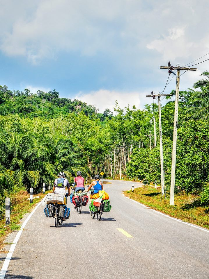 Meet new friends cycling in Thailand